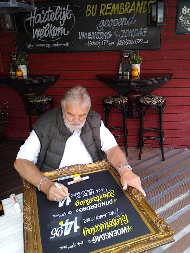 Handgeschreven krijtborden gemaakt bij restaurant Bij Rembrandt in Heerhugowaard.